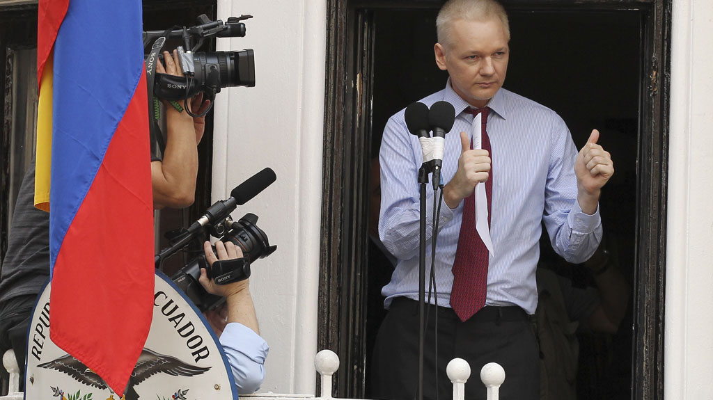 Julian assange breaks silence on embassy balcony channel for Julian balcony